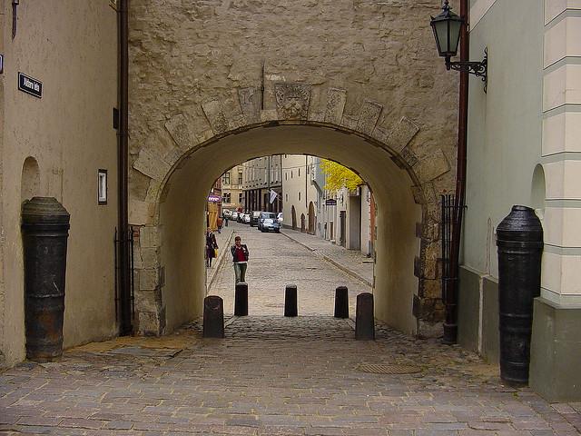 Uno scatto della Porta eseguito dalla via Aldaru (Aldaru Iela).