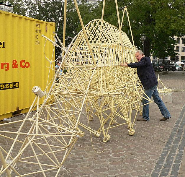 Theo Jansen al lavoro su una delle sue opere.